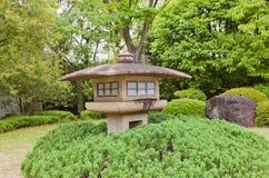 Lanterna di pietra nel giardino di Kokoen vicino al castello di Himeji, Giappone Fotografia Stock