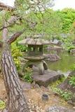 Lanterna di pietra nel giardino di Kokoen vicino al castello di Himeji, Giappone Immagine Stock