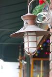 Lanterna di rame fuori della stanza frontale di negozio Fotografie Stock