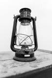 Lanterna di uragano su una tavola Immagini Stock