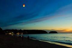 Lanterna di volo alla spiaggia di Karon, Phuket Fotografia Stock