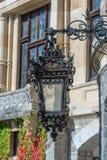 Lanterna do ferro forjado no castelo de Peles em Romênia imagem de stock