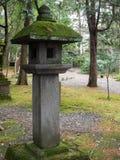 Lanterna do jardim: Ajardinando e decore o estilo de japão do jardim Fotografia de Stock