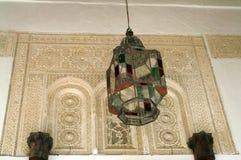 Lanterna do metal e do vidro colorido em uma construção árabe imagem de stock royalty free