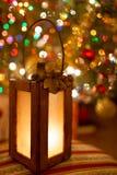 Lanterna do Natal com luzes mornas mágicas no fundo fotos de stock royalty free