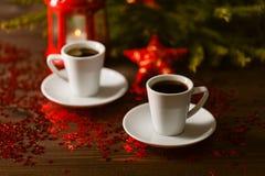 Lanterna do Natal que incandesce na obscuridade com as estrelas de prata no backg vermelho Imagens de Stock Royalty Free