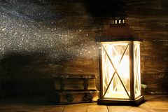 Lanterna do vintage ao lado dos livros velhos na tabela de madeira Fotografia de Stock