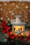 Lanterna do vintage do Natal na noite nevado imagens de stock