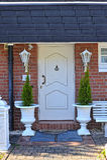 Lanterna do vintage na entrada da casa Fotos de Stock Royalty Free