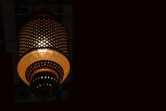 Lanterna dorata su fondo nero, chiuso a caduta della lanterna sulla parete Immagine Stock Libera da Diritti