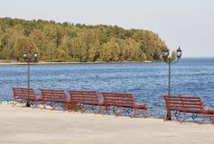 Lanterna e bancos no passeio da beira do lago Fotografia de Stock