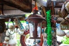 Lanterna e bandiera americana e bouys e targhe di immatricolazione dai vari stati che appendono in una costruzione rustica in Key fotografia stock libera da diritti