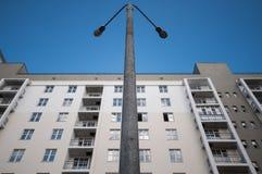 Lanterna e casa di palazzo multipiano Fotografia Stock