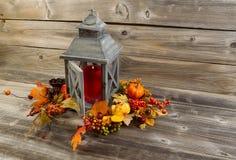 Lanterna e decorações asiáticas na madeira envelhecida fotografia de stock royalty free