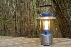 Lanterna elétrica em uma plataforma Imagem de Stock