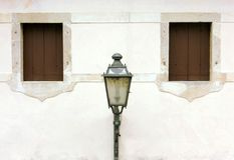 Lanterna entre duas janelas Imagens de Stock
