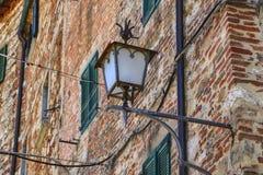 Lanterna forjada em uma parede de tijolo em casa Fotos de Stock Royalty Free