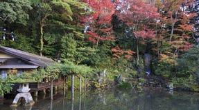 Lanterna giapponese, al giardino di Kenrokuen, a Kanazawa Giappone in uno stagno immagini stock libere da diritti
