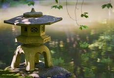 Lanterna giapponese della ragazza del giardino Fotografia Stock