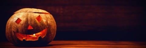 Lanterna iluminada do jaque o na tabela durante Dia das Bruxas Imagens de Stock Royalty Free