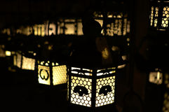 Lanterna japonesa da vela na obscuridade Imagens de Stock
