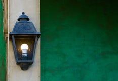 Lanterna leve vintage que pendura em um polo de pedra, em decorações da casa e na iluminação foto de stock royalty free