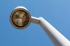 Lanterna moderna della via con cielo blu nel fondo Fotografie Stock