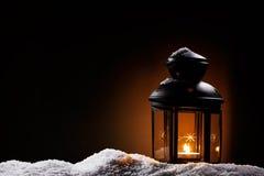 Lanterna nella notte su neve Immagine Stock
