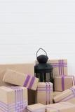 Lanterna nera circondata dai regali Immagini Stock
