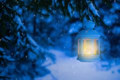 Lanterna para o Natal nas madeiras sob a árvore Lanterna com fotografia de stock