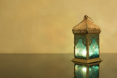 Lanterna pequena em um vidro escuro Imagem de Stock Royalty Free