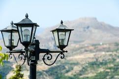 Lanterna preta contra o contexto das montanhas imagem de stock royalty free