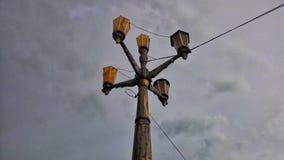 Lanterna Prospettiva della strada Vista di bellezza del cielo con le nuvole, l'architettura, la foresta ed il paesaggio Immagine Stock