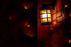 Lanterna que pendura uma parede de tijolo fotos de stock royalty free