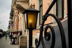 Lanterna que queima-se nas ruas de sua cidade nativa de St Petersburg imagem de stock
