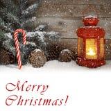 Lanterna rossa che emette luce su una notte di Natale di Snowy Fotografia Stock Libera da Diritti