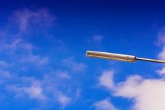 Lanterna solare del LED contro un cielo blu Immagine Stock