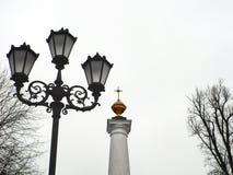 lanterna sui precedenti del monumento Immagine Stock
