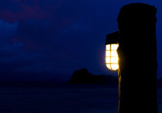 Lanterna sulla banca alla notte Immagine Stock