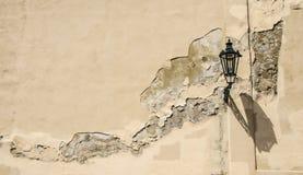 Lanterna sulla parete incrinata Fotografie Stock Libere da Diritti