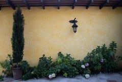 Lanterna sulla parete rustica gialla fotografie stock