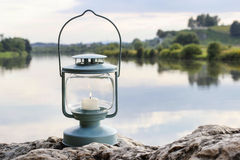 Lanterna sulla roccia, lago nei precedenti Immagine Stock Libera da Diritti
