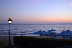 Lanterna sulla spiaggia all'alba Fotografia Stock