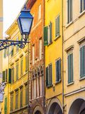 Lanterna surpreendente da rua no distrito histórico de Pisa fotos de stock