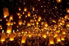 Lanterna tradizionale tailandese dell'aerostato di Newyear. Immagini Stock