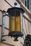Lanterna velha da forma unida à parede do arenito imagens de stock royalty free