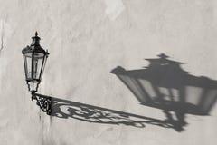 Lanterna velha da parede da cidade com a silhueta real da sombra foto de stock royalty free