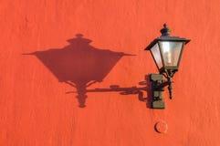 Lanterna velha da rua na parede com sombra Fotos de Stock Royalty Free