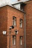 Lanterna velha em uma casa bonita do tijolo da corte Foto de Stock