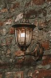 Lanterna velha em uma parede de pedra fotografia de stock royalty free